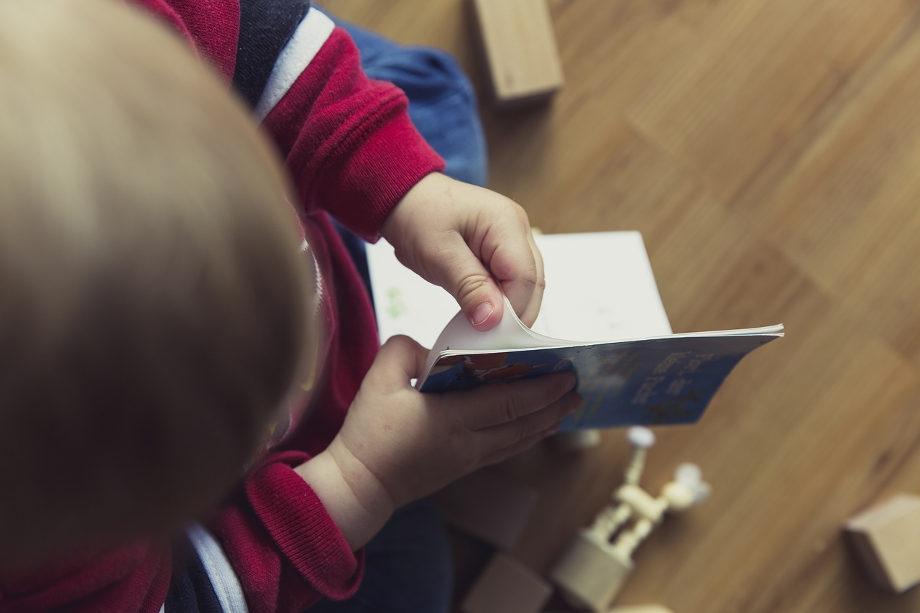 dziecko-ogladajace-ksiazeczke
